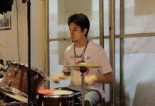 La emotiva historia del joven baterista al que un implante coclear le cambió la vida